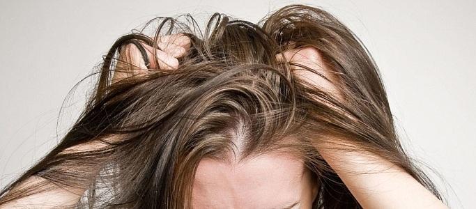 Причины выпадения волос у женщин при месячных